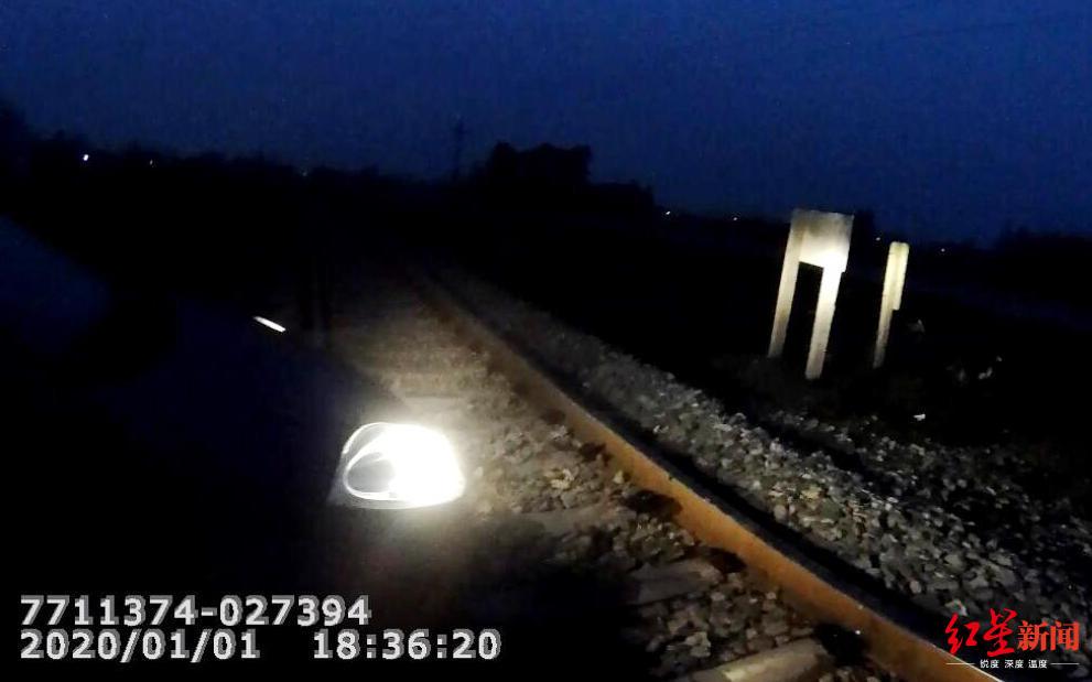 <b>惊险!女子将轿车开上铁轨被困,多亏他们及时出手</b>