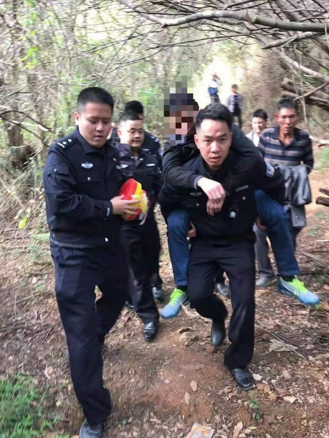 潮州29岁男子因经济压力上山喝农药轻生!民警背下山送医院