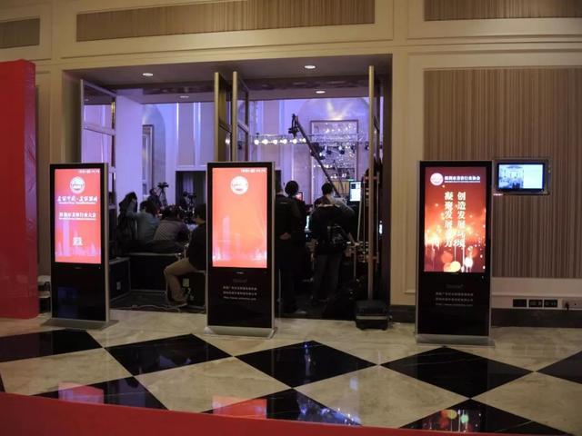 壁挂广告机与落地广告机有什么区别?该如何选择?