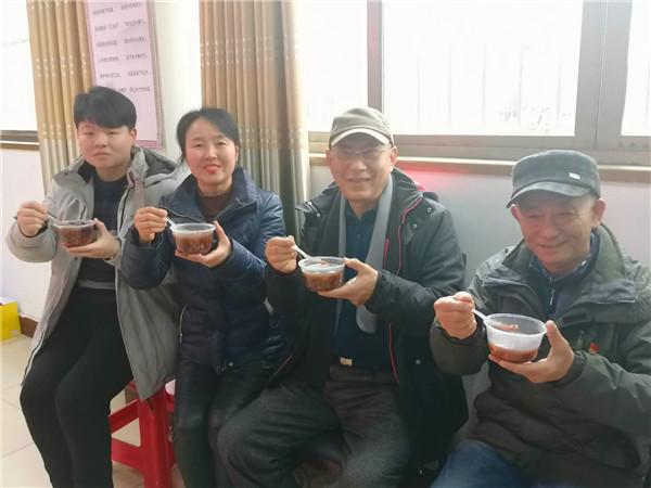新时代公益腊八粥系列报道之十一:黄手环行动蚌埠合作团队成员积极参加二钢社区腊八送粥公益活动