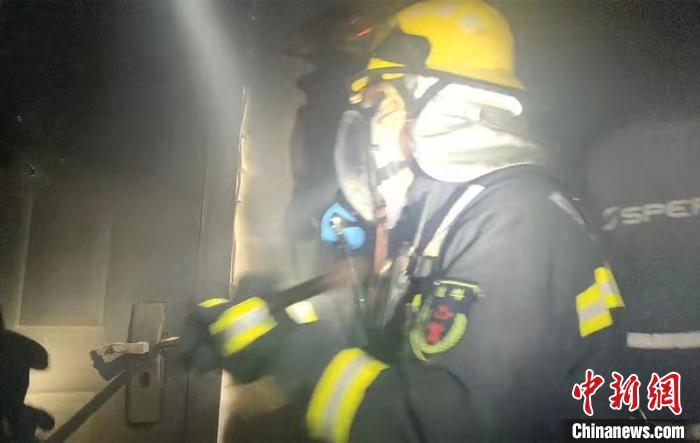四川荣县一民房起火 5名受困群众获救