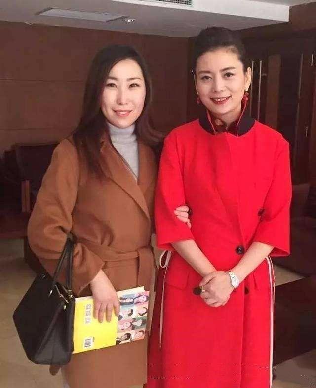 朱军老婆谭梅晒照,俗套打扮很普通,但气质跟周涛一样好!