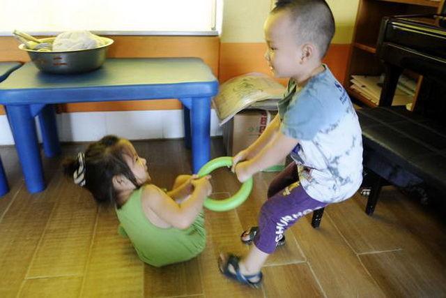 2岁孩子老是爱抢别人的东西,家长该怎么办?这里有妙招