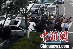 宁波一电动车被卷车底 路人抬车5分钟救出被压女子