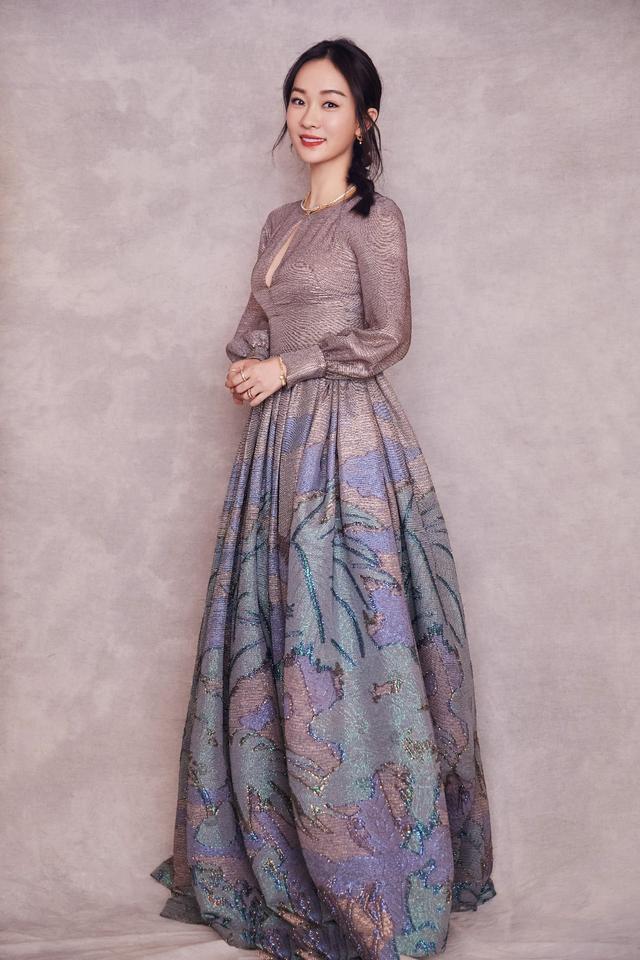 霍思燕身材超有料,穿镂空礼服展现傲人身姿,扎起麻花辫清纯动人