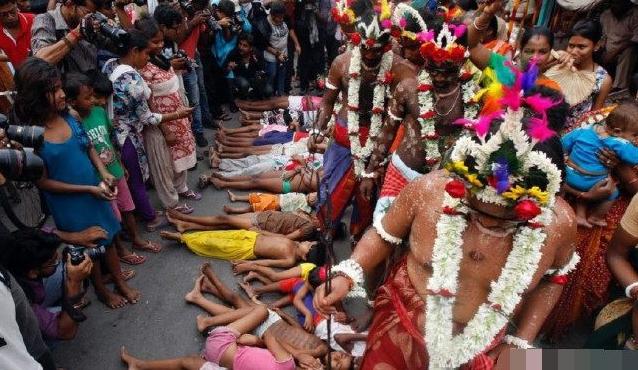 """印度女人排成一队躺在地上,让苦行僧""""踩踏"""",只为了顺利怀孕?"""
