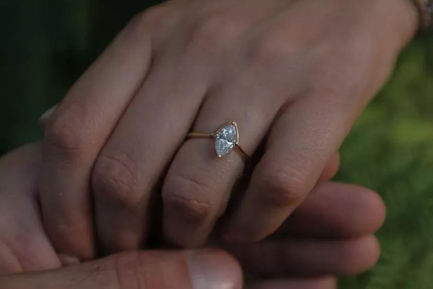 哎哟窝趣!国外这些奇葩的订婚戒指!