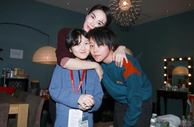 李嫣晒童年照,为同母异父的23岁姐姐庆生,被窦靖童抱怀里超有爱