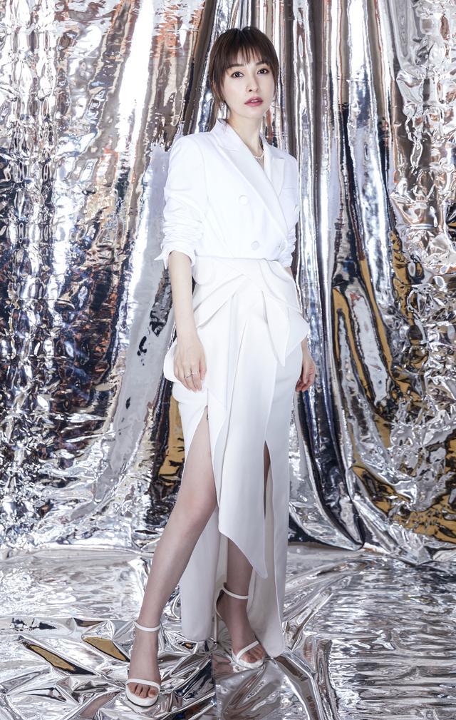 吴昕逆袭成功,穿上西装从傻白甜变身白富美,身材纤瘦气质超群