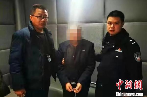 四川绵阳一男子背负命案潜逃三年 经群众举报终被抓获