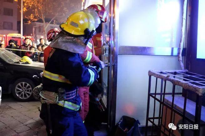 汤阴幼童误入ATM机安全舱被困 消防拆卸舱门营救成功