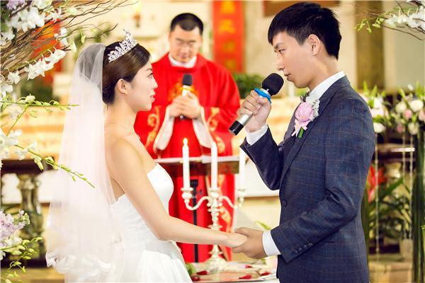婚礼上女方要3万改口费,男子愤怒欲取消婚礼,却迎来父亲一巴掌