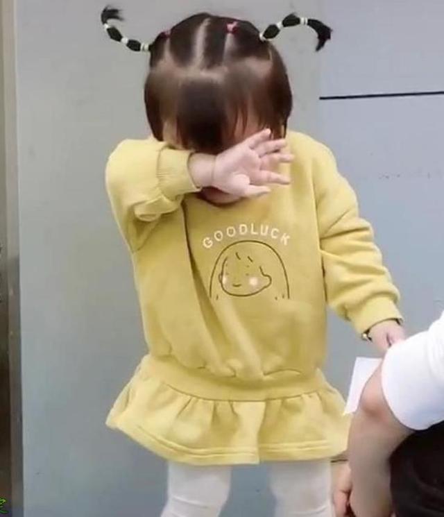 小女孩因翻垃圾桶被爸爸训斥,捂脸大哭,网友:天线都哭歪了