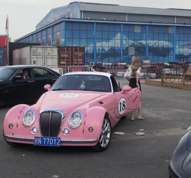 原来小姐姐开着名贵的豪车上街,和小哥哥随便见面!网友:车仁美更漂亮!