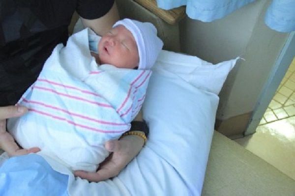 刚出生的宝宝,谁第一个抱很有讲究,这3种人可不要抱他