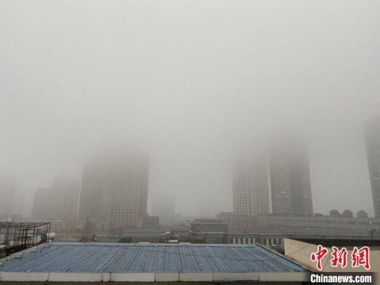 """江苏多地遭新年首轮""""霾伏"""" 城市高楼""""隐身"""""""