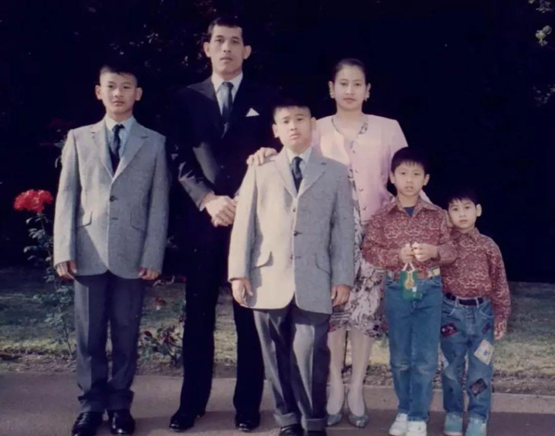 24年前泰王亲自接女儿回国,小公主被国王吓坏了,不敢牵爸爸的手