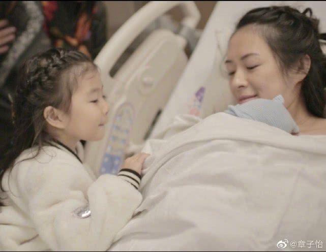 章子怡晒喂二胎奶水照片,母子甜蜜依偎,发文感慨母乳喂养心酸
