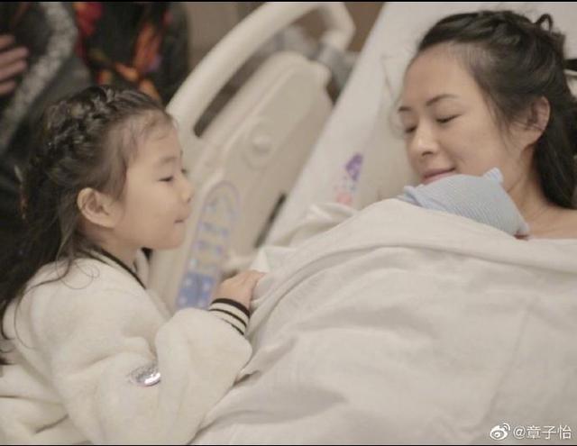 """章子怡坚持母乳喂养,再次忍受""""涨奶""""疼痛,汪峰很心疼帮她揉脚"""