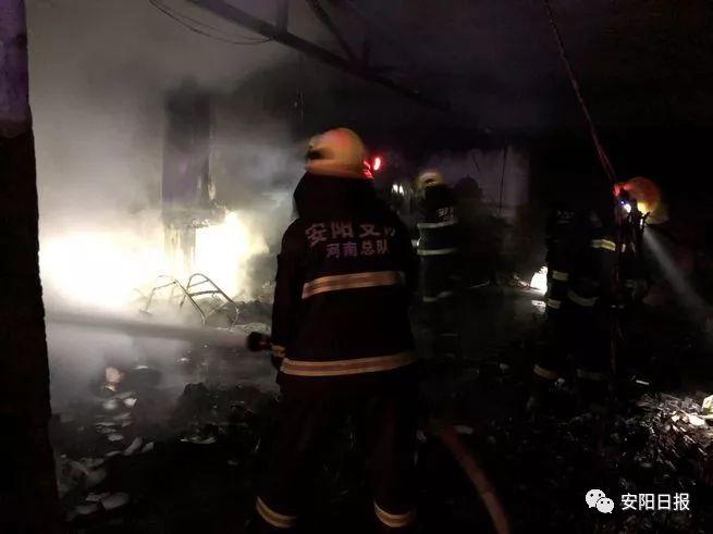 快递网点深夜起火殃及邻居 安阳消防成功营救一名老人