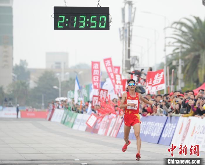"""国内首场""""国人竞速""""马拉松完赛 杨定宏首获达标奖"""
