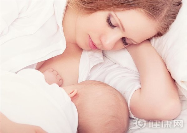 如何母乳喂养新生儿?新生宝【幼儿家庭教育】宝喂奶注意2件事