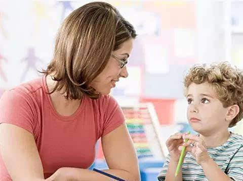 如今孩子的学业压力有多大?9岁男孩写作业时,突然昏倒在书桌前