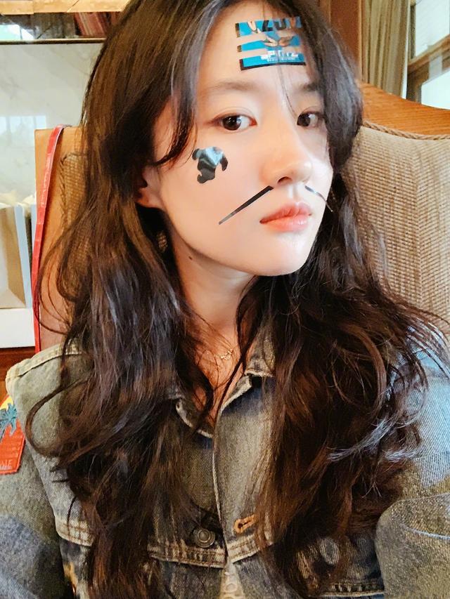 刘亦菲晒雪中自拍,化浓妆与好友同框,脸颊泛红少了几分仙气