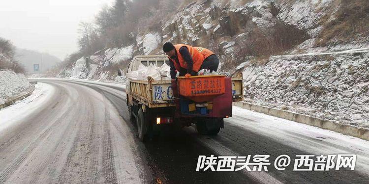 212省道秦岭段、244国道太白段迎降雪 宝鸡交管部门全力疏导确保交通安全