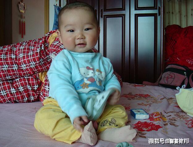 妈妈敷面膜,为啥宝宝会大哭?这个月龄他有害怕情绪,妈妈要避开