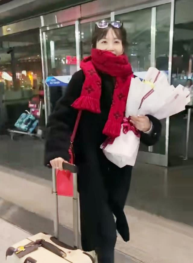 """马蓉机场""""炫富""""?围巾包包近8万,心理学男生吃女生剩下粉丝鲜花接机俨然成明星!"""