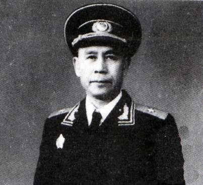 此人毕业英国皇家海军学院,在国军中任上校舰长,起义后任少将司令