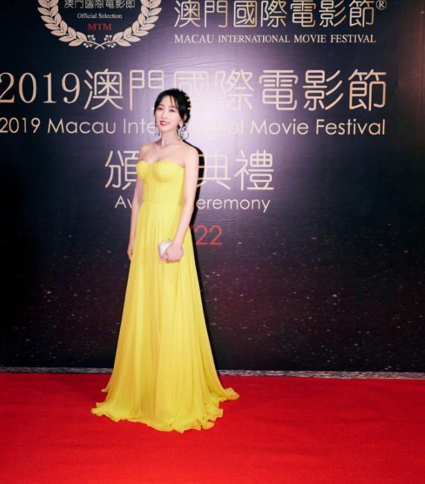 马苏回哈尔滨跨年,把东北大花床单穿身上,别说,还真挺好看!