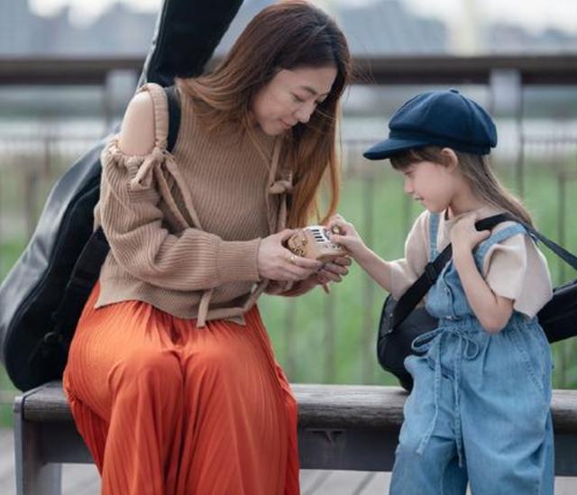 陈绮贞素颜_陈绮贞天天把自己扮成18岁小姑娘,看到她的素颜,终于信她44岁 ...