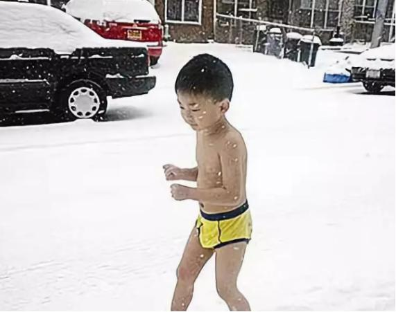 """""""你凭什么插手!""""妈妈穿羽绒服训练只穿短裤的3岁女娃抗冻"""