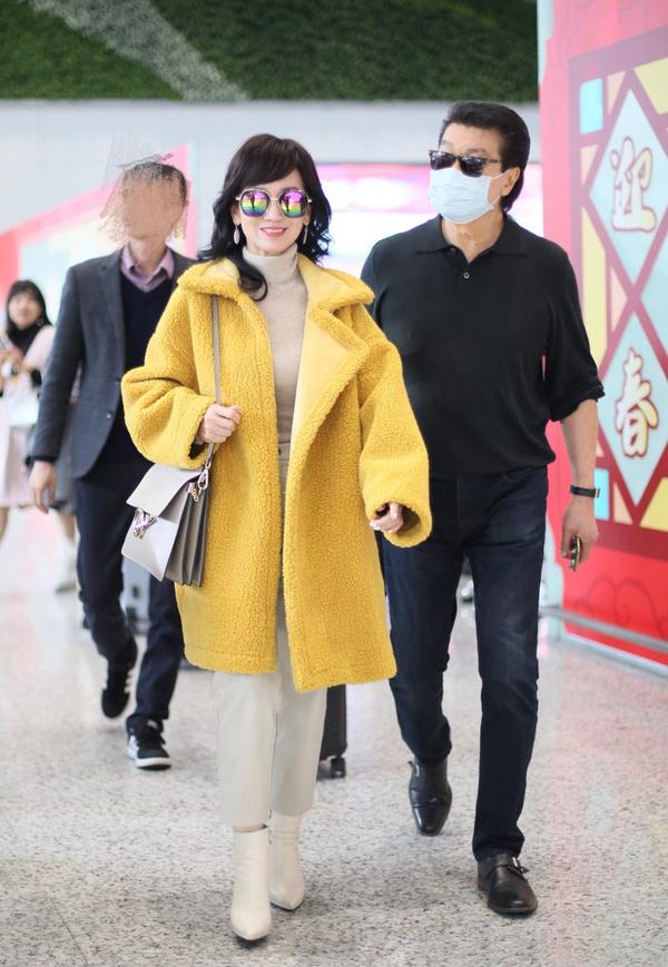 66岁赵雅芝真敢穿,少女鹅黄大衣配彩色墨镜,甜美范不输小姑娘