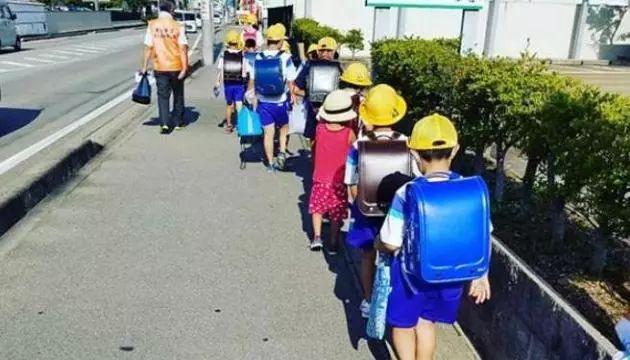 日本儿童为什么都是独自上下学?看看日本是如何处理人贩子的