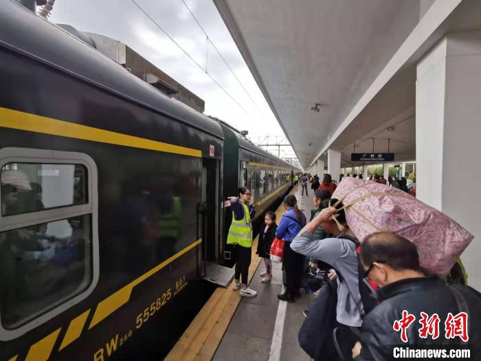 <b>广铁集团2020年春运首趟增开列车从广州发出</b>