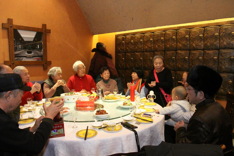 新年七个家庭团聚设家宴为四姐家小孙孙过周岁生日