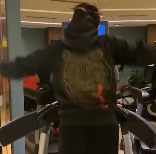 61岁杨丽萍现身健身房健身,面容姣好,身材苗条如少女