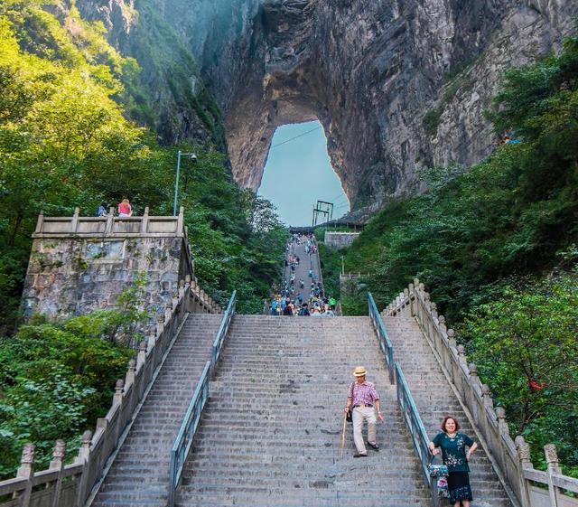 """原创张家界最""""壮观""""楼梯,建有999级台阶,还是许愿祈福的灵地"""