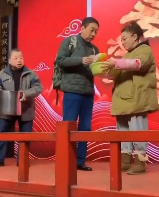 62岁冯巩再演小品,阴谋得逞笑得狡黠,网友:还是那个味儿
