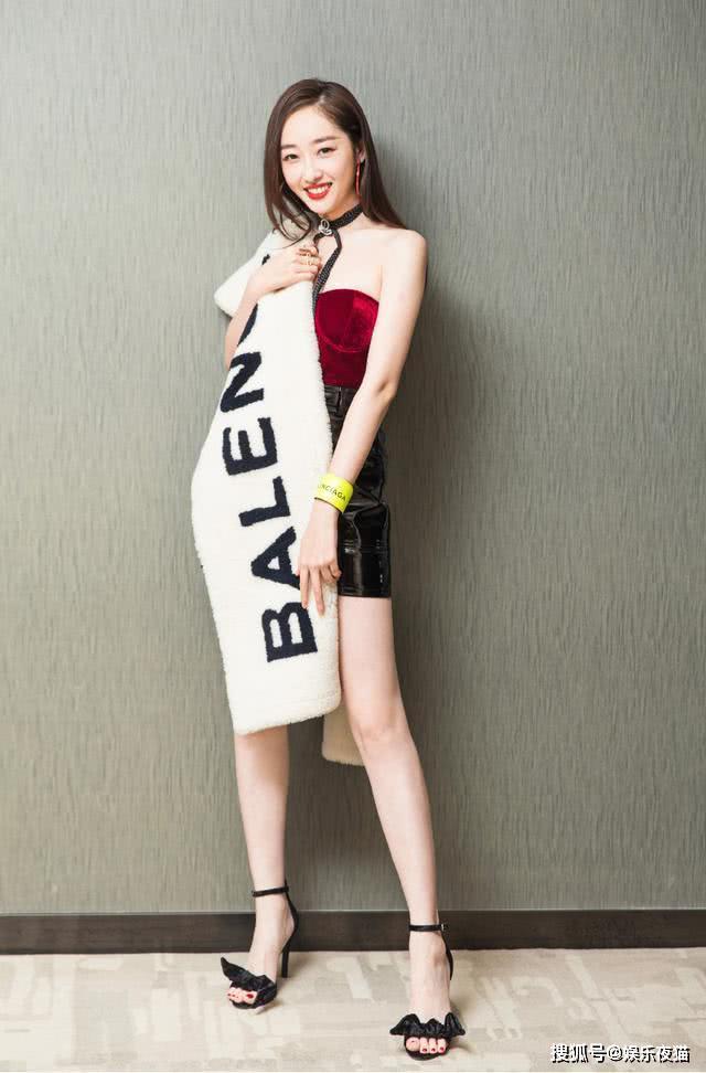蒋梦婕真放得开,穿红色抹胸+包臀裙显气质,披一块披肩就凹造型