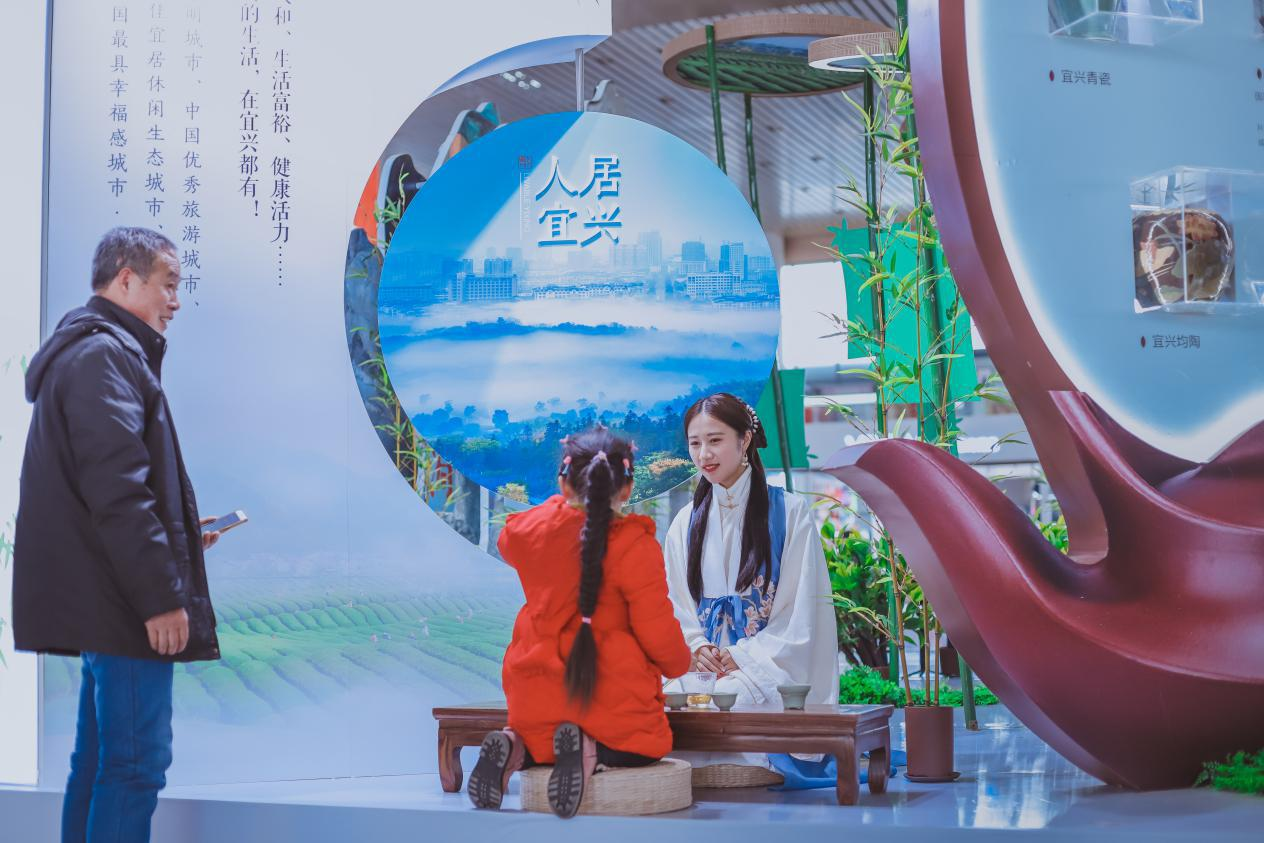 """深氧界茶香之旅走进南京南高铁站 宜兴""""陶式生活""""圈粉"""