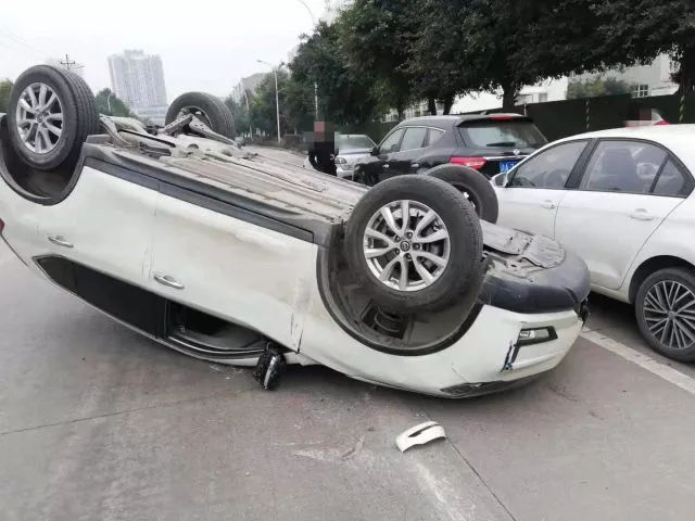 吓哭!重庆一女子分心驾驶连撞三车后翻滚180度