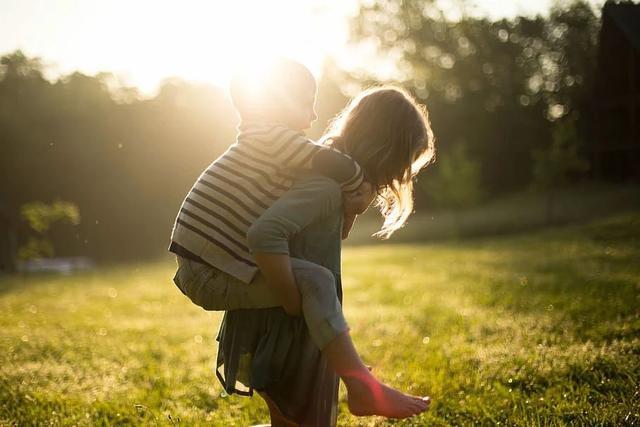 """""""老大照书养,老二照猪养"""",养育方式不同,让两个孩子不一样了"""
