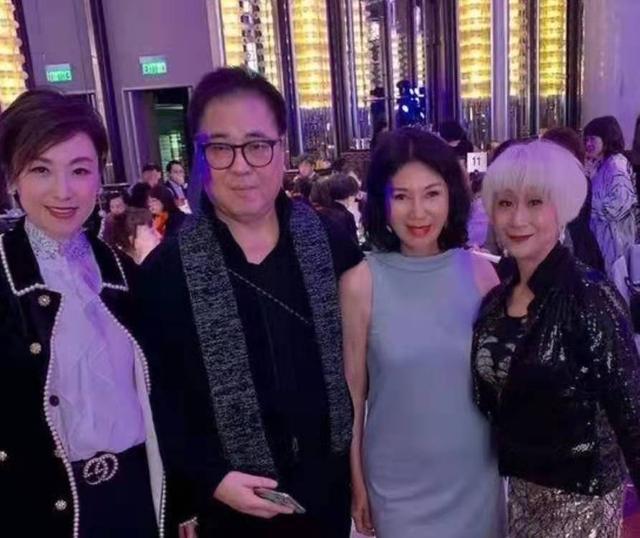 首届港姐冠军罕现身,65岁穿修身短裙,曾力压赵雅芝如今却差距大