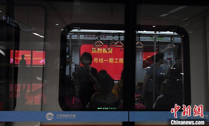 "<b>兰州打造""精致公交""破出行难:地铁出行成新潮</b>"