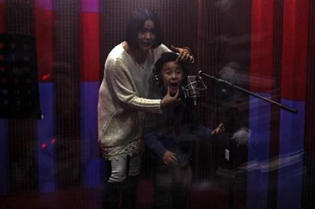 啃幼现场:导演爆粗骂人,4岁女童瑟瑟发抖,一旁的妈妈漠不关心