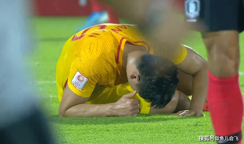 <b>U23亚洲杯国奥遭重击!头号球星被担架抬出,掩面痛哭 疯狂捶地发泄</b>